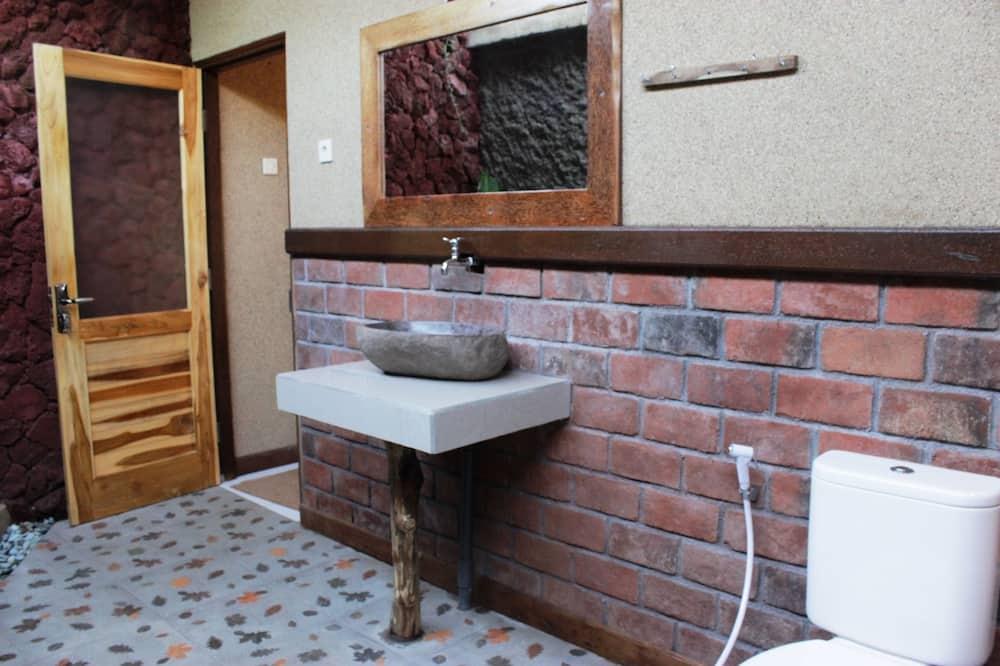 Kambarys (1 dvigulė / 2 viengulės lovos) su patogumais, vaizdas į sodą - Vonios kambarys