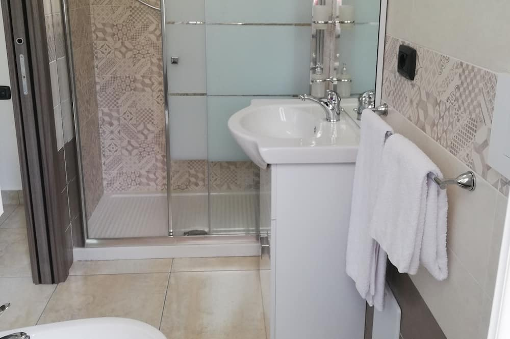 Prabangaus stiliaus keturvietis kambarys, vaizdas į sodą - Vonios kambarys