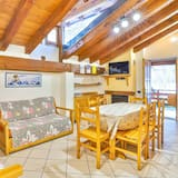 Standard Apartment, 4 Bedrooms, Non Smoking, Mountain View - Living Room