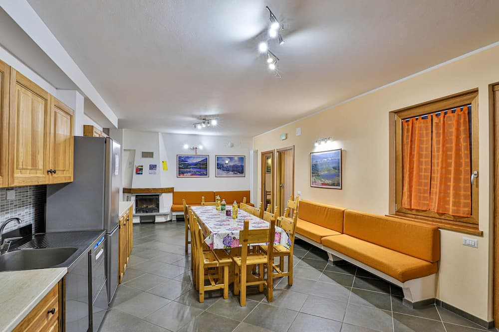 Standard Apartment, Multiple Bedrooms, Non Smoking, Mountain View - Living Room