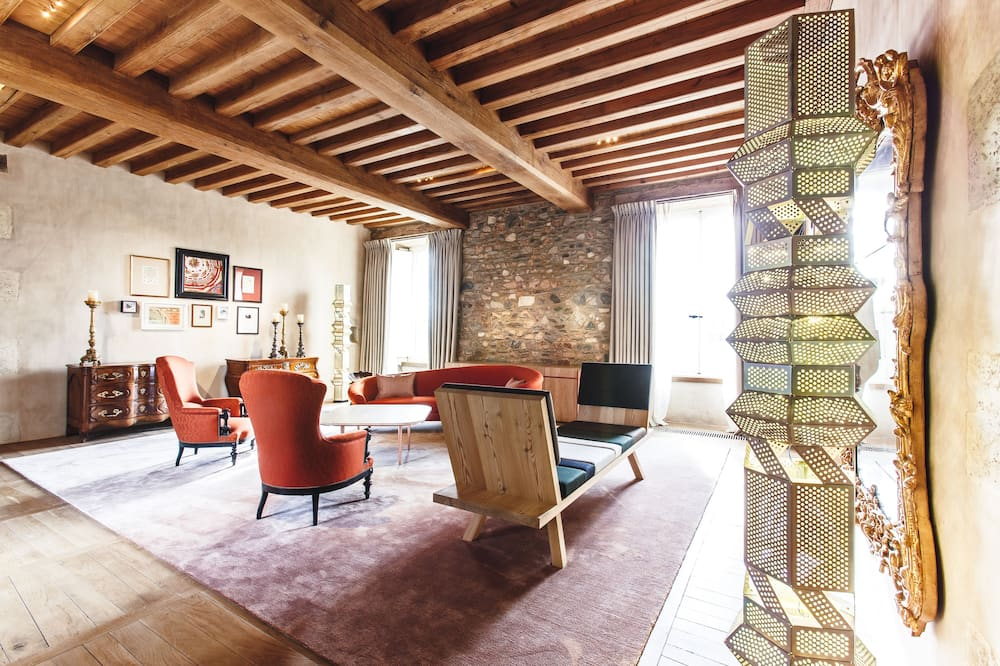 Suite, 1 King Bed, Garden View - Living Area