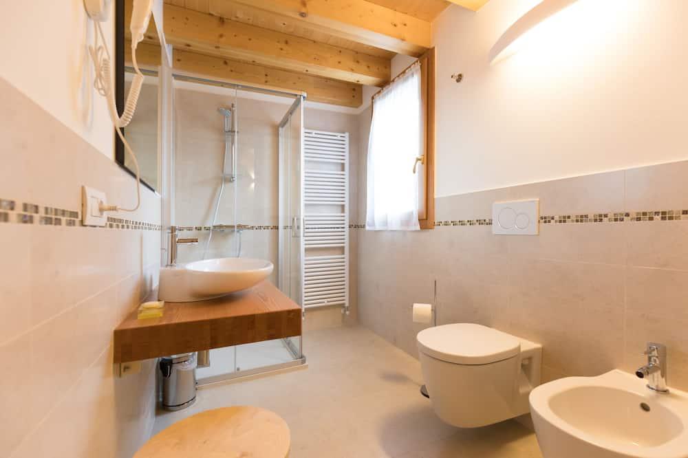 Familieværelse til 3 personer - bakkeudsigt - Badeværelse