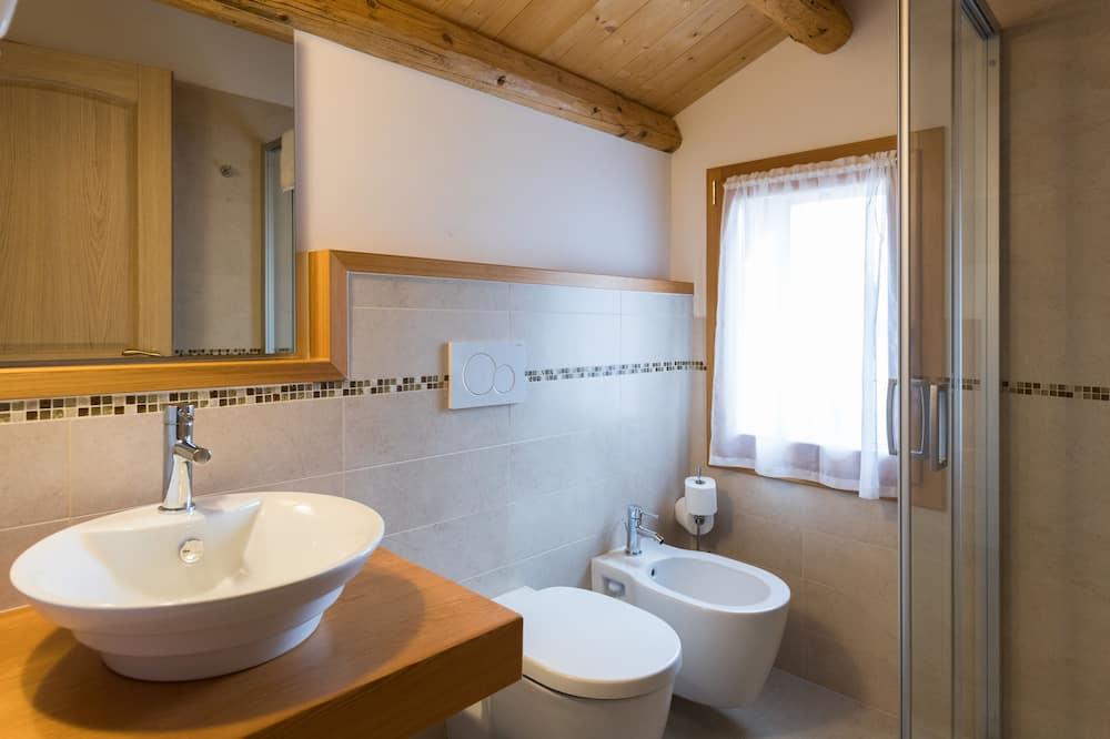 Standardværelse med dobbeltseng eller 2 enkeltsenge - bakkeudsigt - Badeværelse