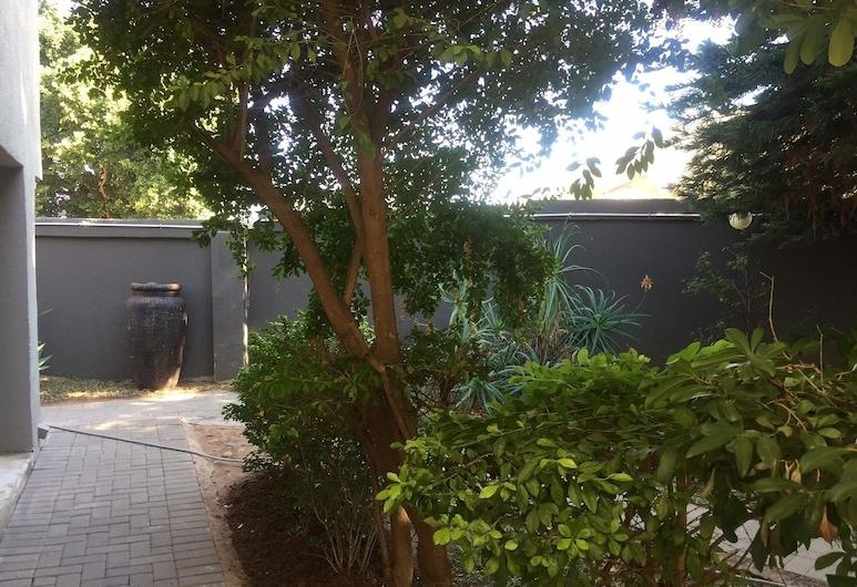 Toro Guest House, Moses Kotane, Garden