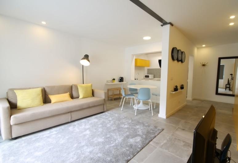 18 City Retreat with marvelous terrace, Lisbon, City Apartment, 1 Bedroom, Balcony, Living Area