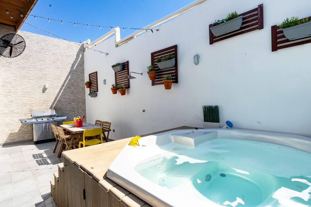 Bathtub Spa Luar Ruangan