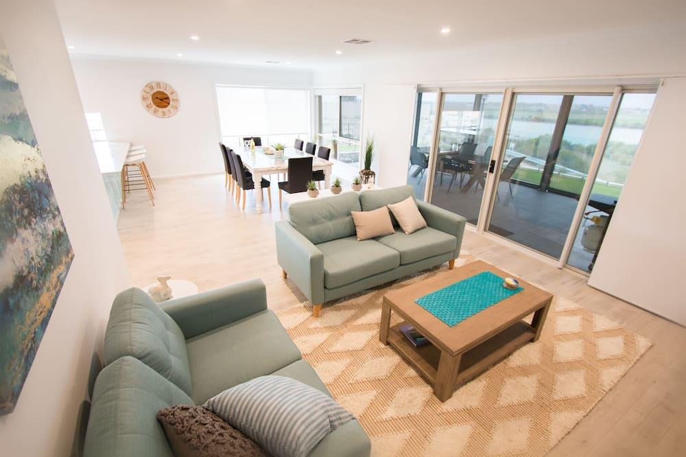 Family House, 4 Bedrooms, River View - Ruang Tamu