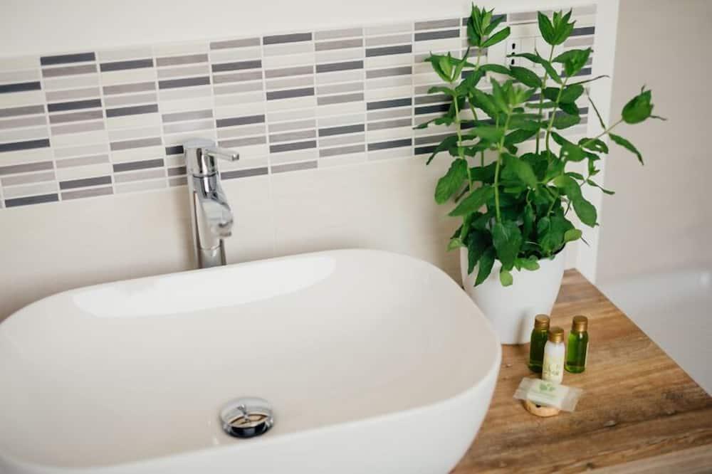 Economy Double or Twin Room, Garden View - Bathroom Sink
