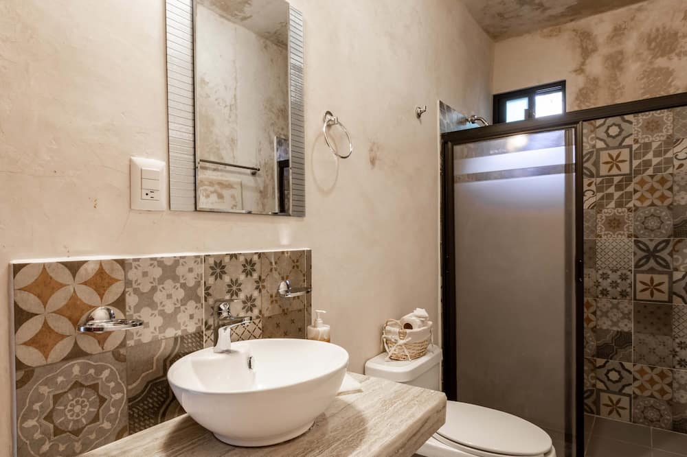 Family Double Room, 2 Double Beds, Private Bathroom, City View - Bathroom
