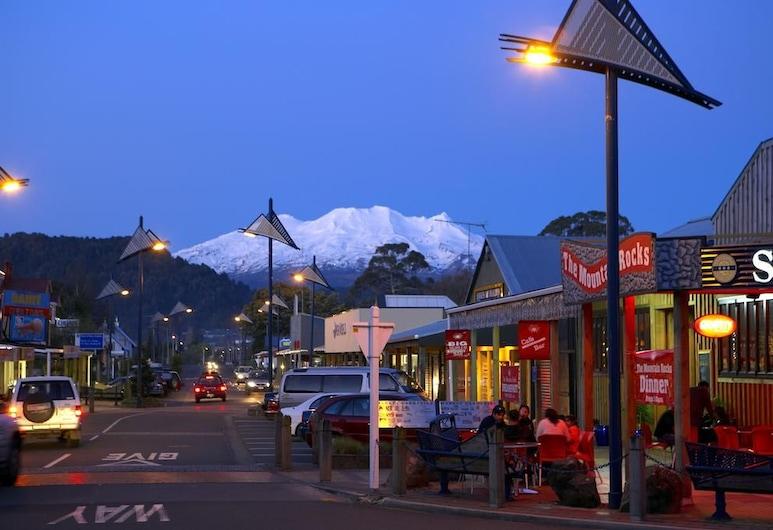 Snowman Lodge, Ohakune, Hotel Front – Evening/Night