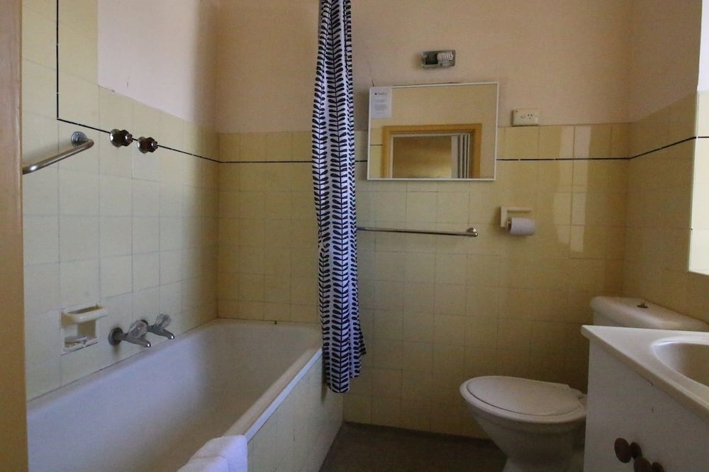 Budget Twin - Bathroom