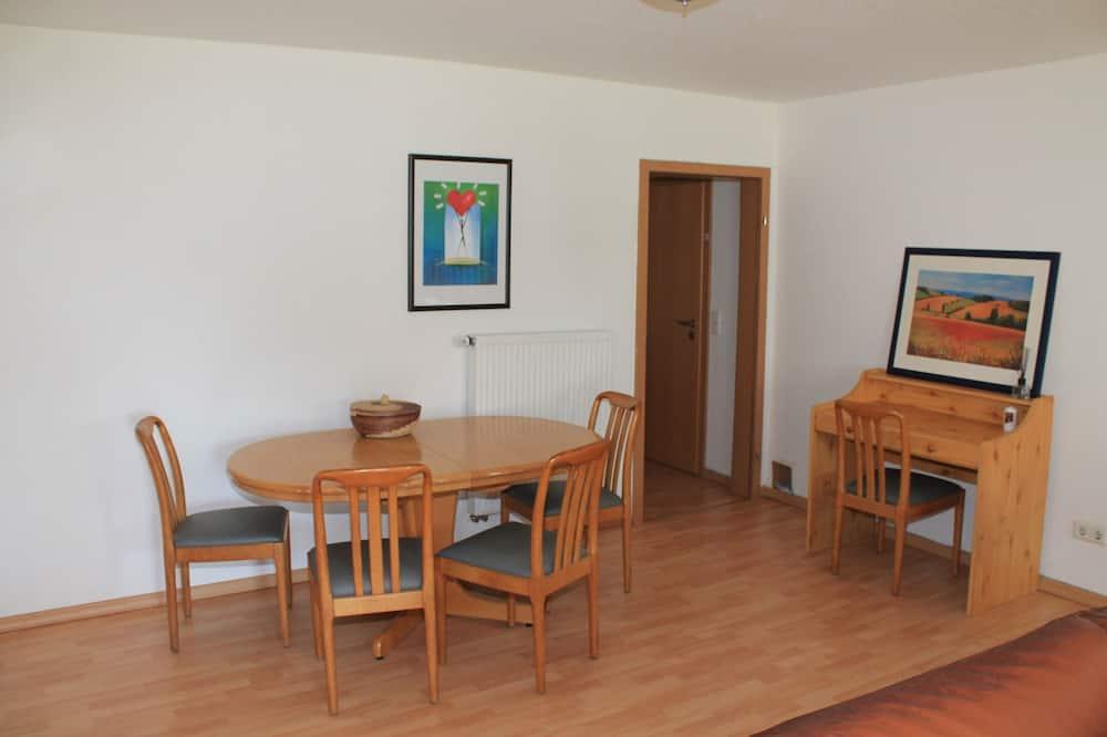Classic Apartment, 2 Bedrooms, Non Smoking, Garden View - Tempat Makan dalam Bilik