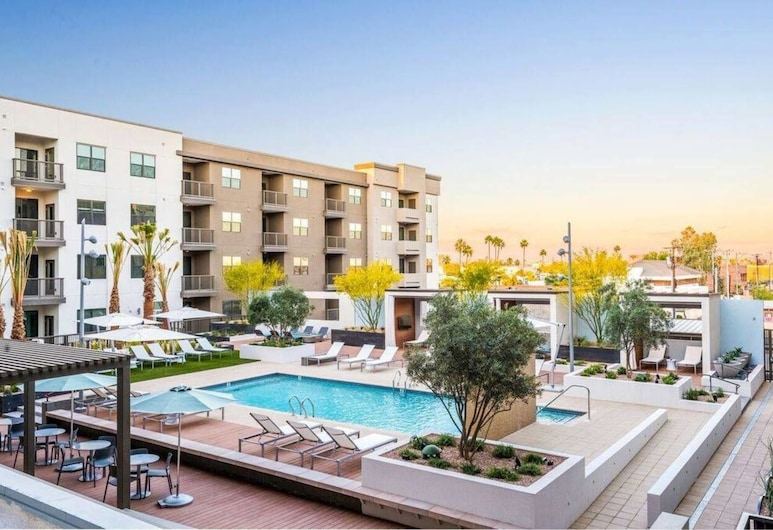 Chic 1BR With Private Balcony Views in DT Phoenix, Phoenix, Kolam