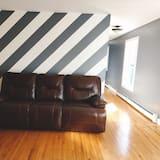 Kambarys (1 dvigulė / 2 viengulės lovos) su patogumais - Svetainės zona