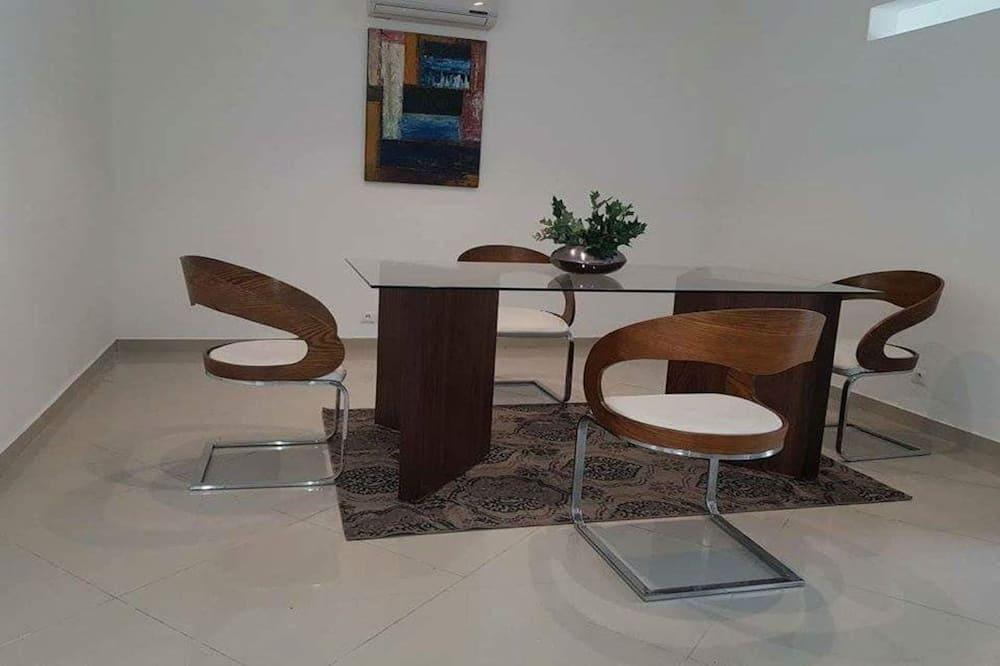 Luxury-Villa - Essbereich im Zimmer
