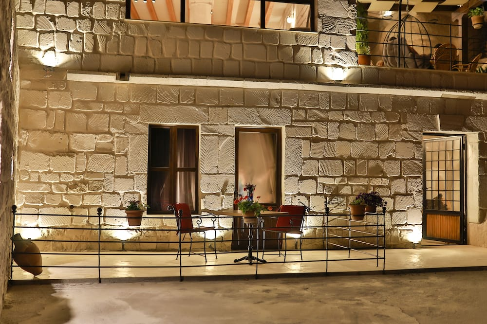 Junior Room, Jetted Tub, Courtyard Area (Cave) - Balcony View