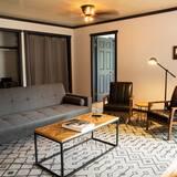 패밀리 스위트, 침실 여러 개, 마당 전망 - 거실 공간