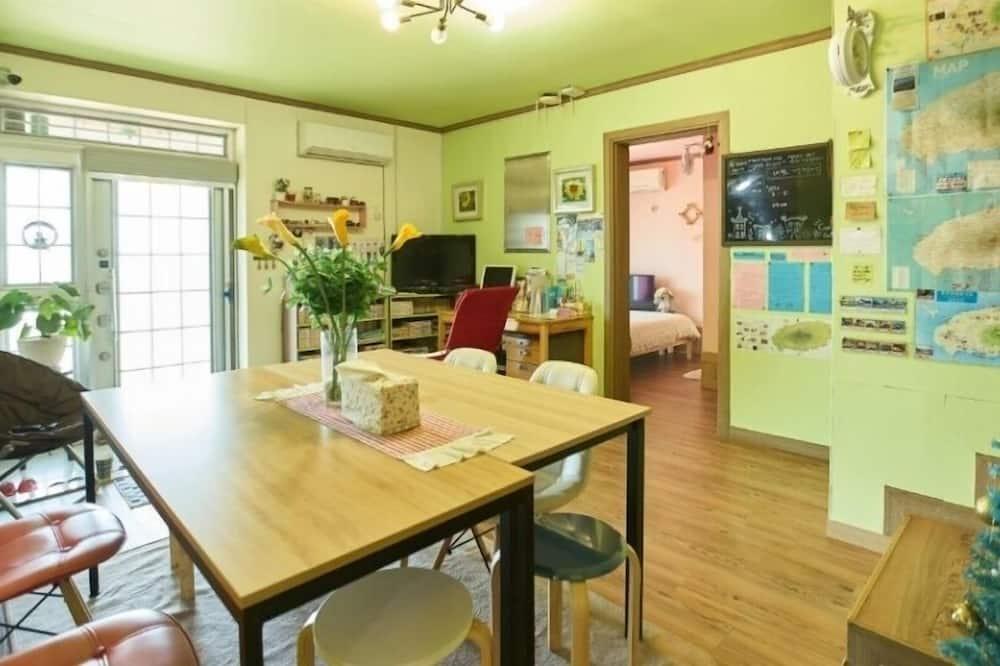 منزل - تناول الطعام داخل الغرفة