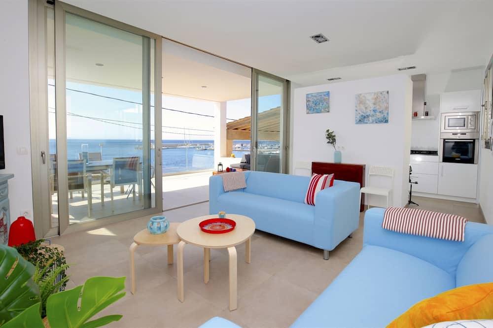 Apartment, 3 Bedrooms, Beachfront (6 pax) - Living Room