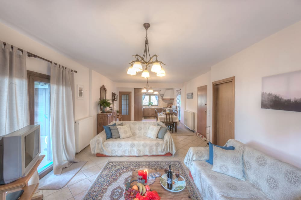 House, 3 Bedrooms, Mountain View - Living Area