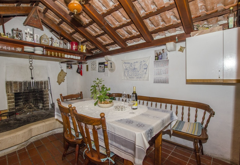 Apartments Nada, Postira, ארוחה בחוץ