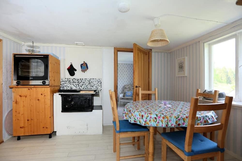 小屋 (Vargstuga) - 客房內用餐