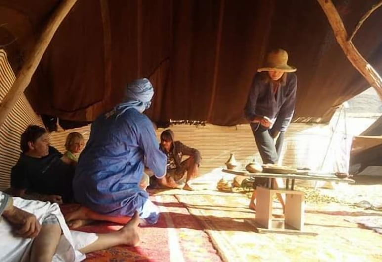 Camping Auberge Aain Nakhla, Asrir, Restaurang utomhus