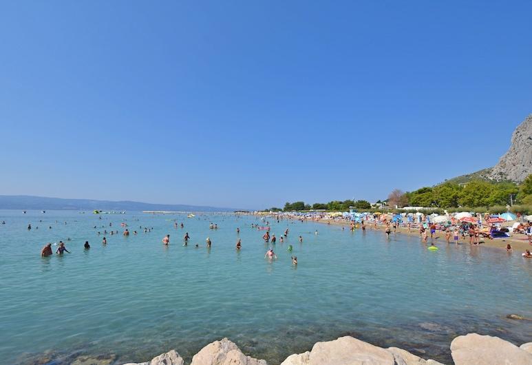 아파트먼트 이반카, 오미스, 해변
