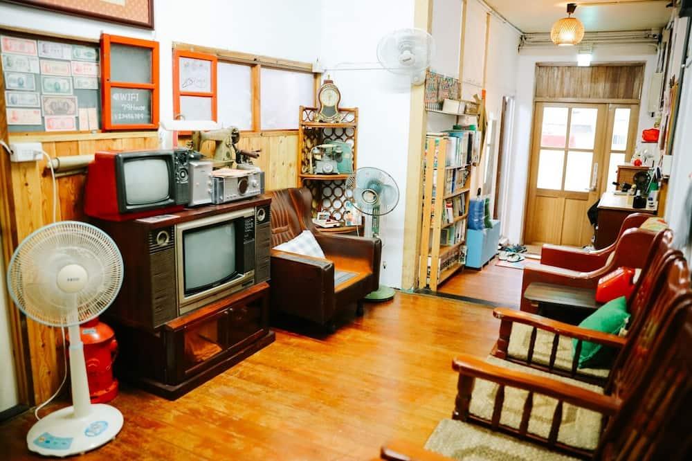 Közös hálóterem, vegyes hálóterem, közös fürdőszoba - Nappali rész