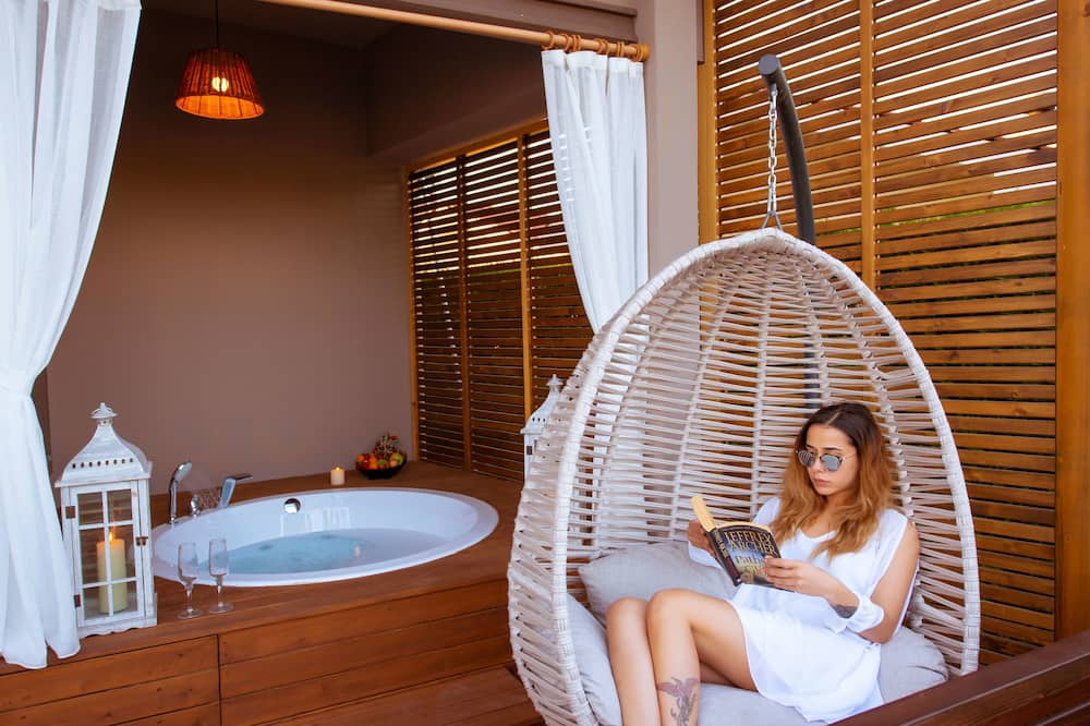 Honeymoon Room, 1 Double Bed, Jetted Tub, Poolside - Living Area