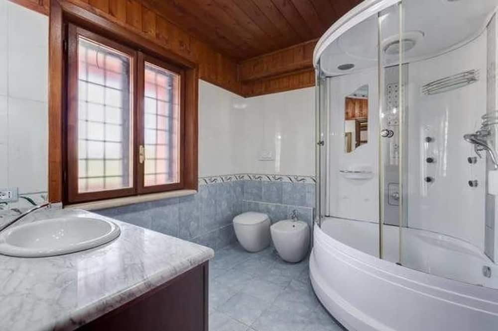 Deluxe Quadruple Room, Jetted Tub, Hill View - Bathroom