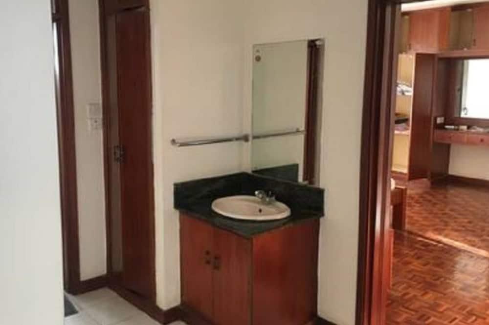 Căn hộ tiện nghi đơn giản, 2 phòng ngủ - Chậu rửa trong phòng tắm