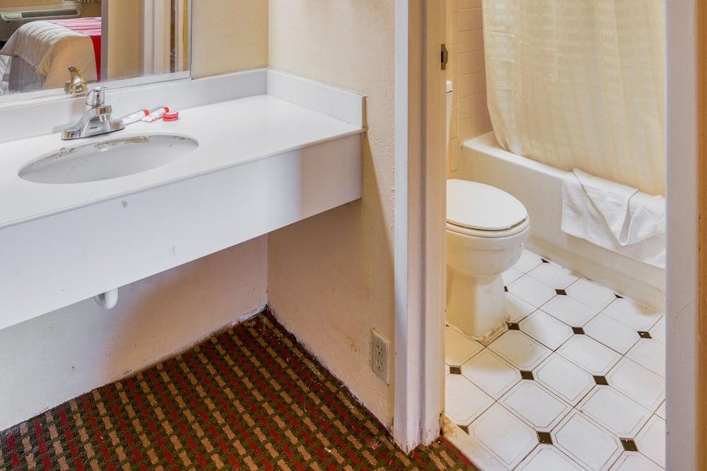 Room, 1 King Bed, Smoking - Bathroom