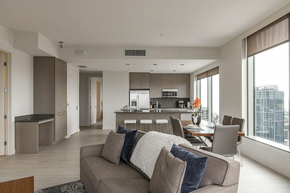 Premier Apartment, 2 Bedrooms, Non Smoking, City View - Living Area