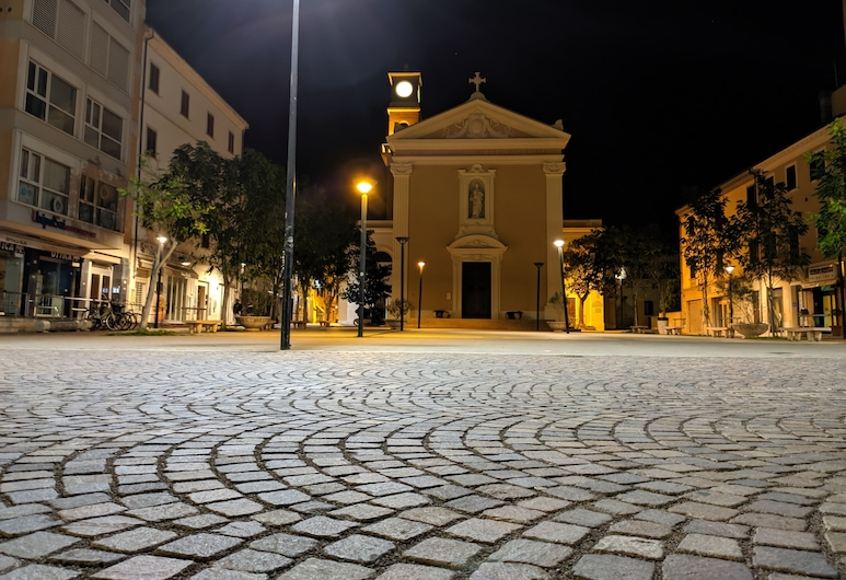 Piazza Duomo Deluxe, Cecina, Fachada del hotel de noche