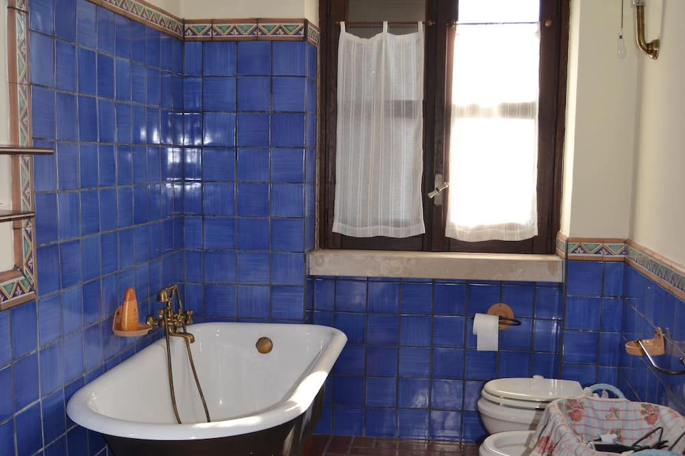Deluxe Double Room, Private Bathroom (External) - Bathroom