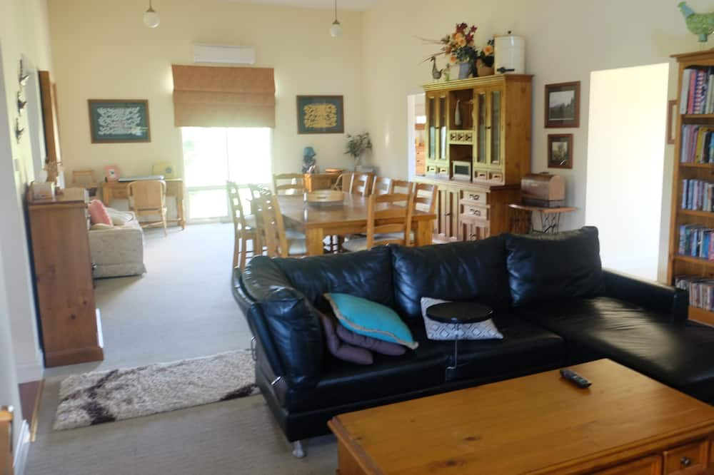 Comfort Cottage, 2 Bedrooms, Garden View - Living Area