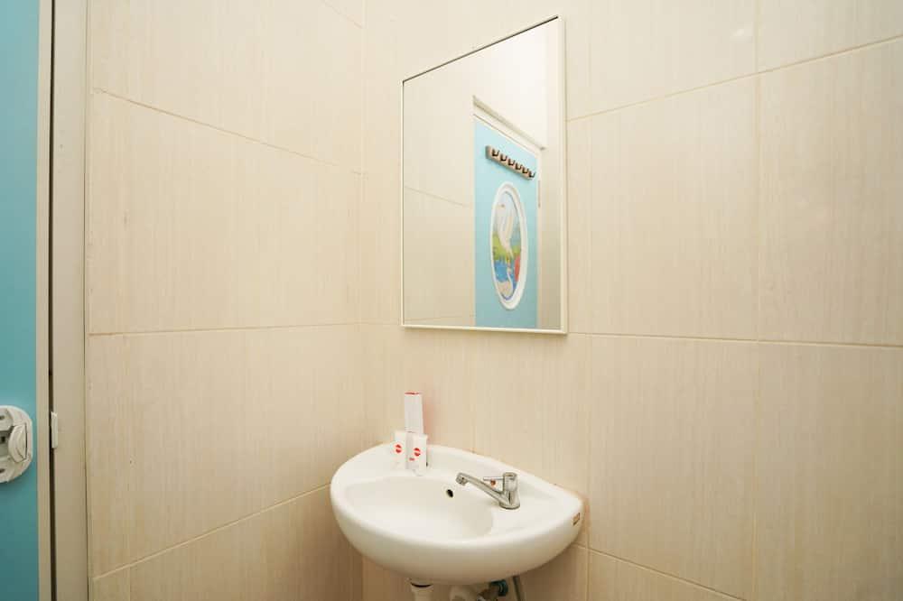 Standardní pokoj s dvojlůžkem - Umyvadlo vkoupelně
