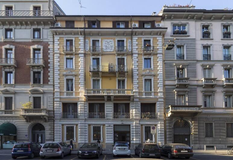 Milan Cadorna studio, Milan, Bagian depan properti