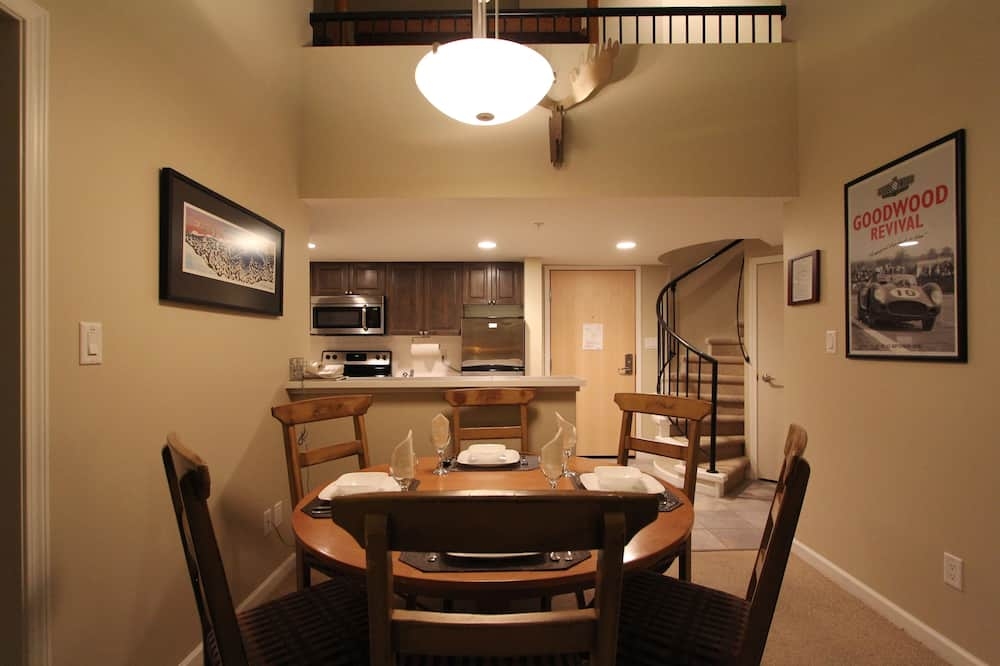 غرفة علوية مميزة - غرفتا نوم - منظر للجبل - تناول الطعام داخل الغرفة