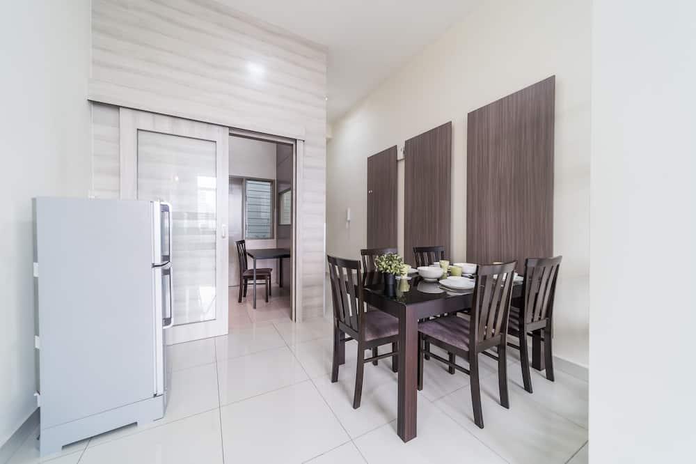 Classic-Apartment - Essbereich im Zimmer