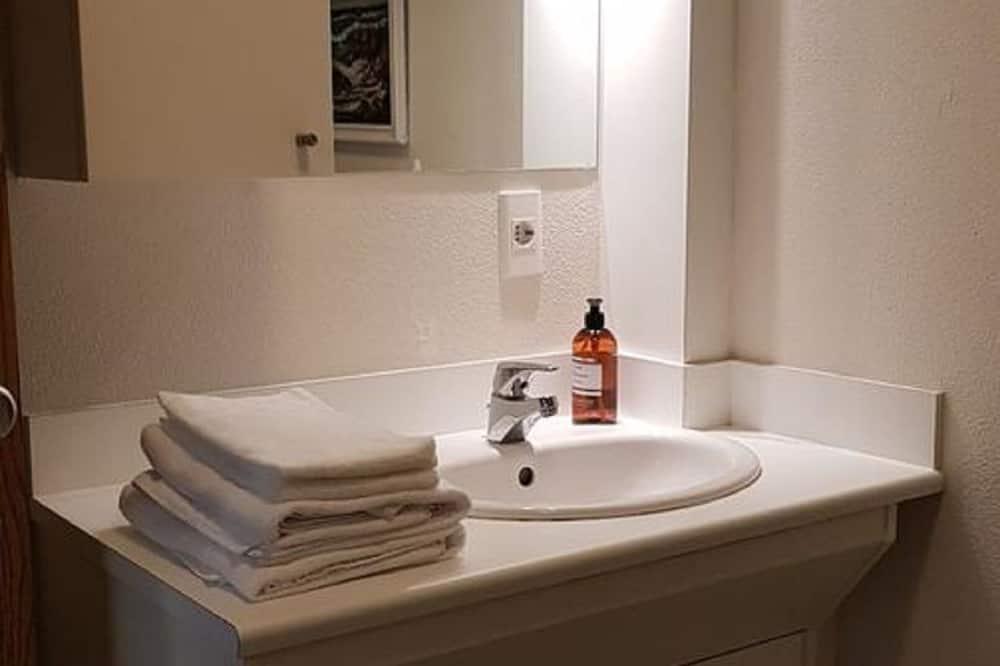 Kolmen hengen huone, Oma kylpyhuone - Kylpyhuone