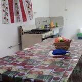 Загальне спальне приміщення, Змішаний дортуар, спільна ванна (2 Bunk Beds and 1 Twin Bed, 5 People) - Спільна кухня