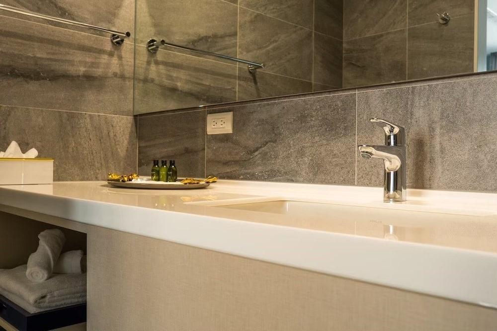 Deluxe dvokrevetna soba (A) - Umivaonik u kupaonici
