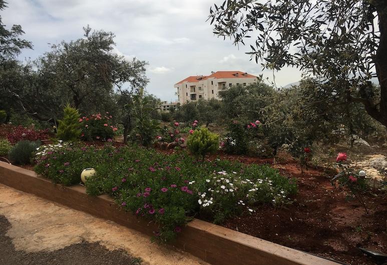 Koura Nakhla Apartment, Btouratij, Garden
