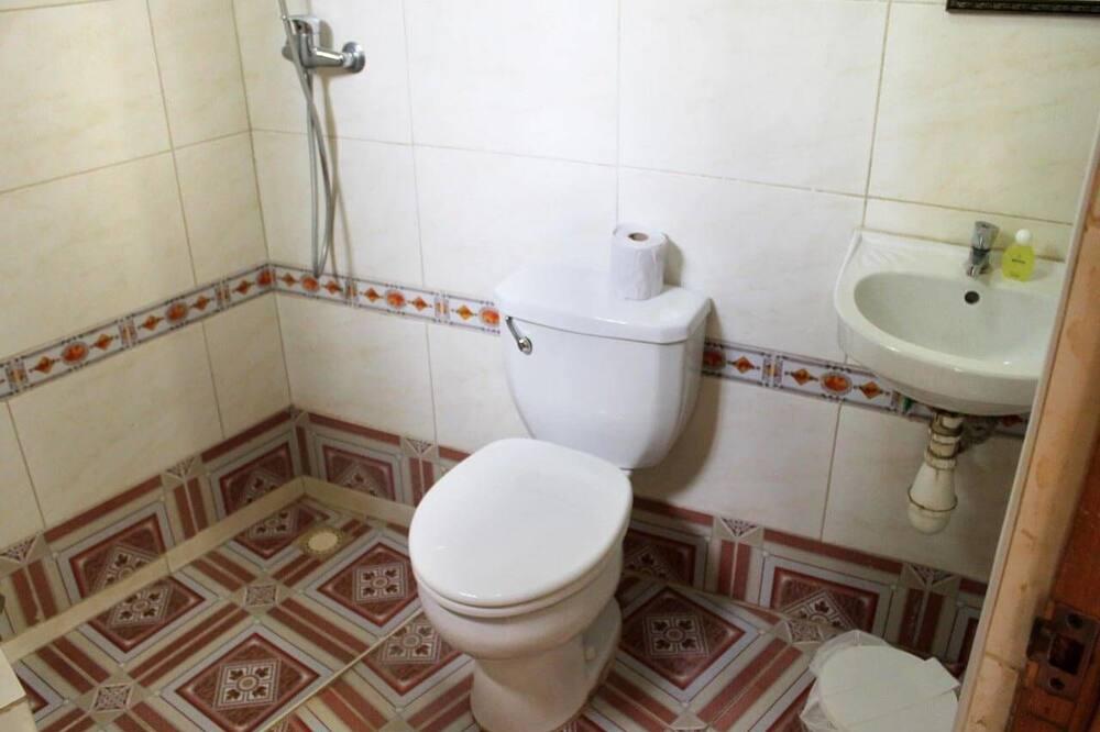 Deluxe Quadruple Room - Bathroom
