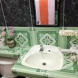 غرفة ثلاثية مريحة - حوض الحمام