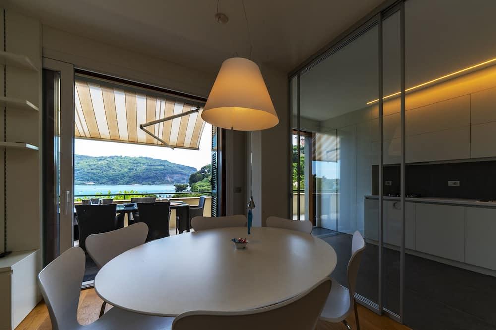 Apartamentai, 3 miegamieji, terasa, vaizdas į jūrą - Vakarienės kambaryje