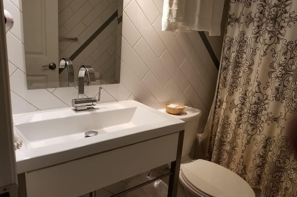 Deluxe 2 Queen Beds - Bathroom