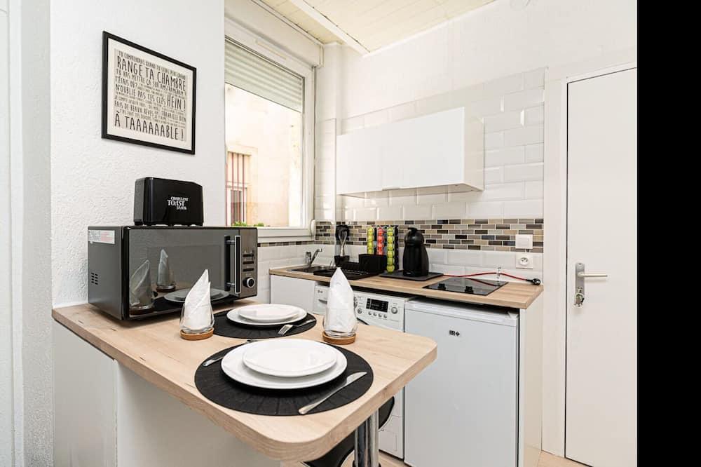 شقة في المدينة - بحمام داخل الغرفة - منظر للفناء - مطعم